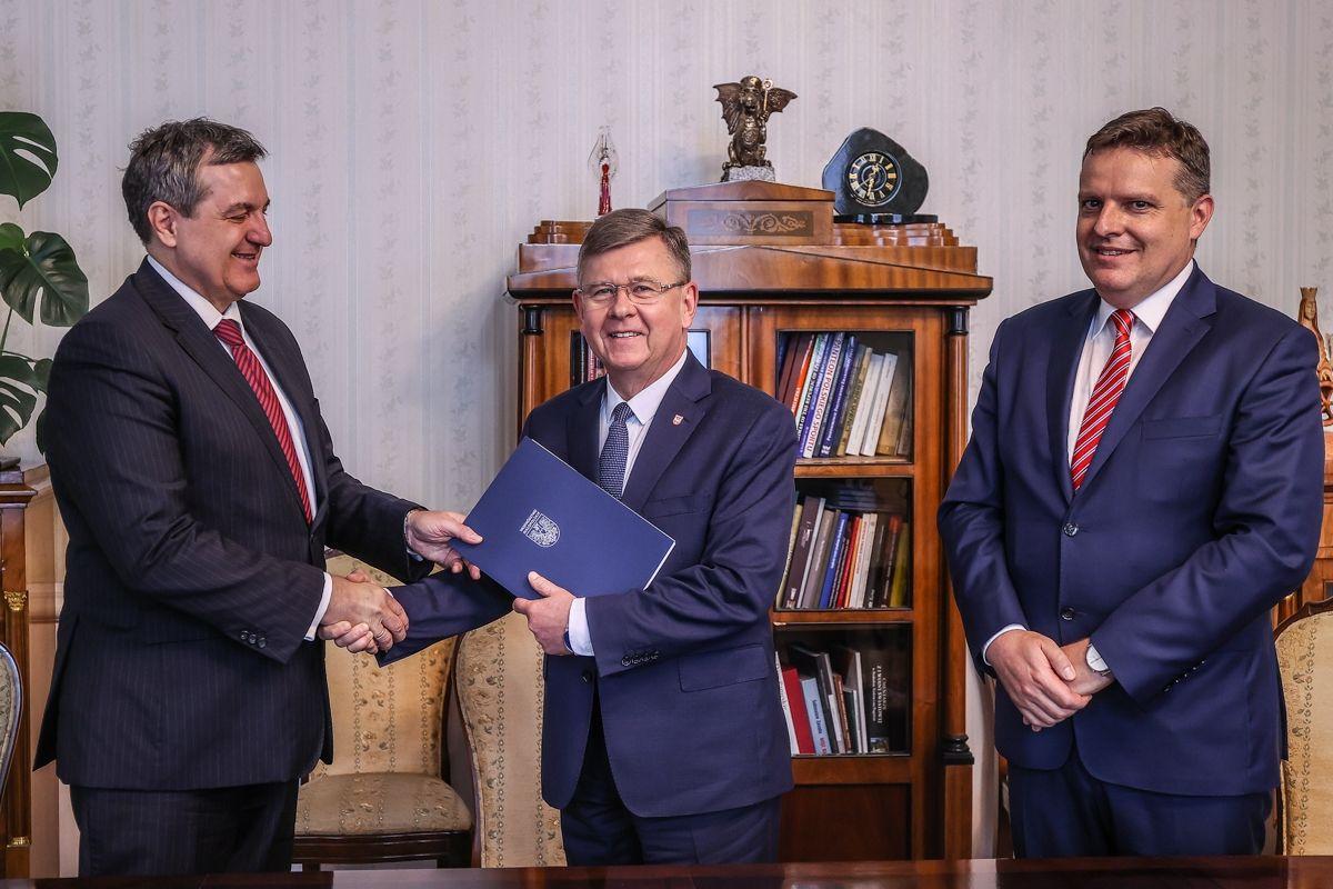 Na zdjęciu Marszałek Województwa Małopolskiego i przedstawiciele Polskiej Fundacji Przedsiębiorczości
